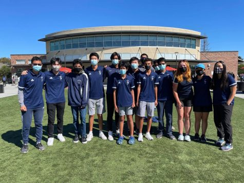 The boys and girls golf teams stand together showing their team spirit. (Photo by Anton Ouyang)
